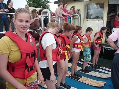 Jugendliche aus dem Internat beim Wasserskifahren